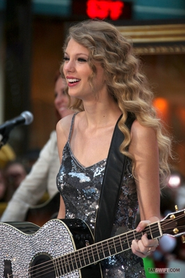 http://taylorpictures.net/albums/app/2010/The%20Today%20Show/normal_001.jpg