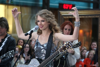http://taylorpictures.net/albums/app/2010/The%20Today%20Show/normal_004.jpg