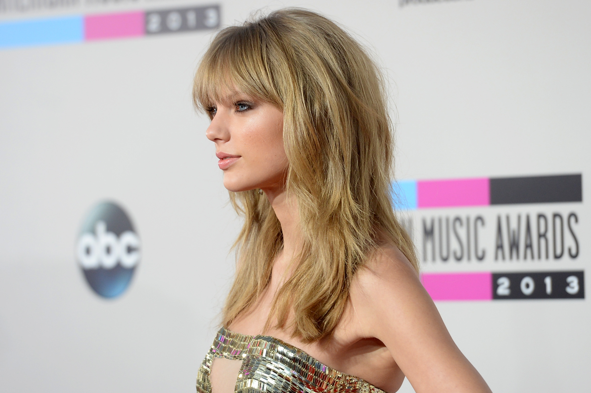 http://taylorpictures.net/albums/app/2013/americanmusicawards/013.jpg