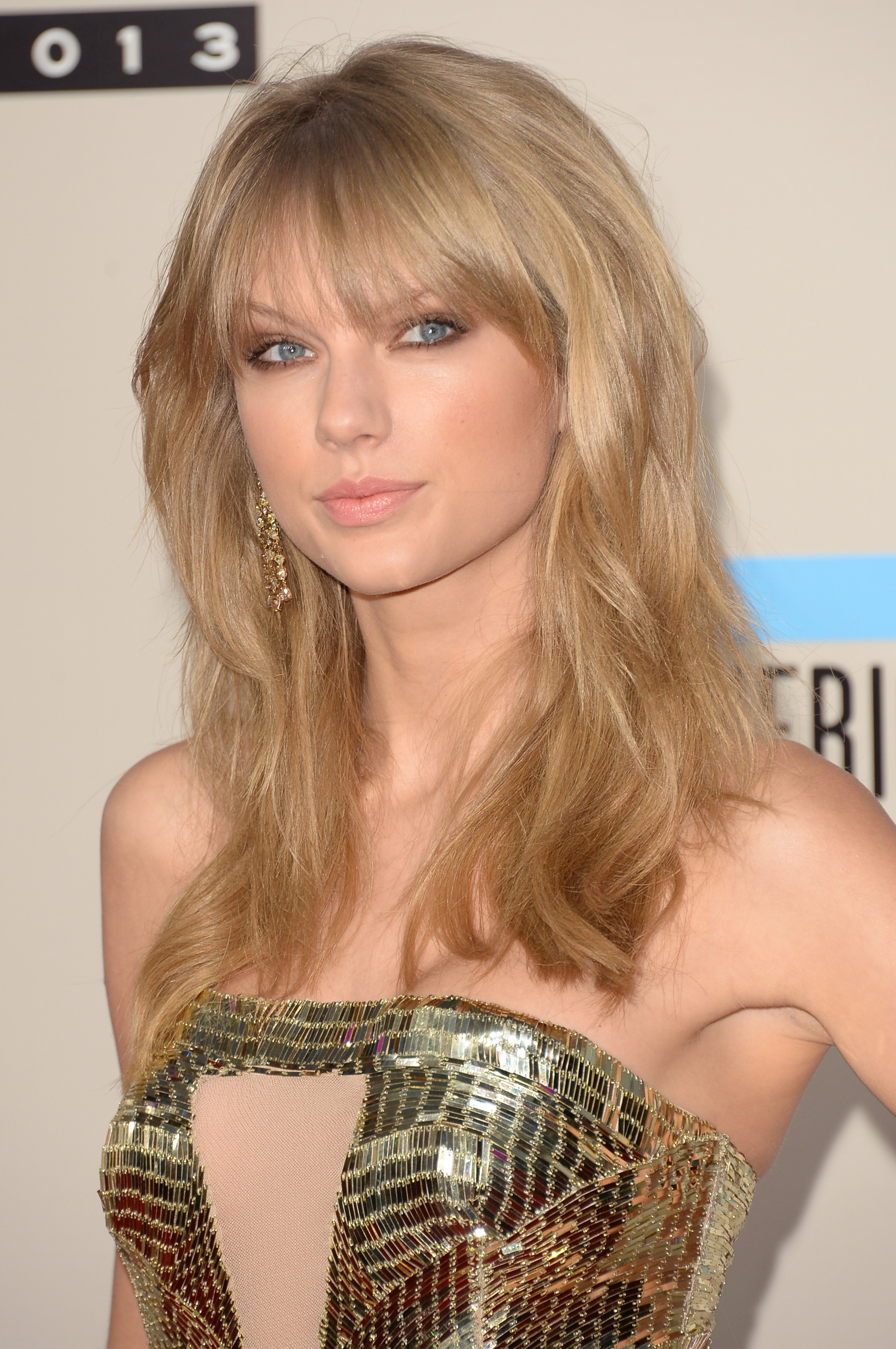 http://taylorpictures.net/albums/app/2013/americanmusicawards/027.jpg