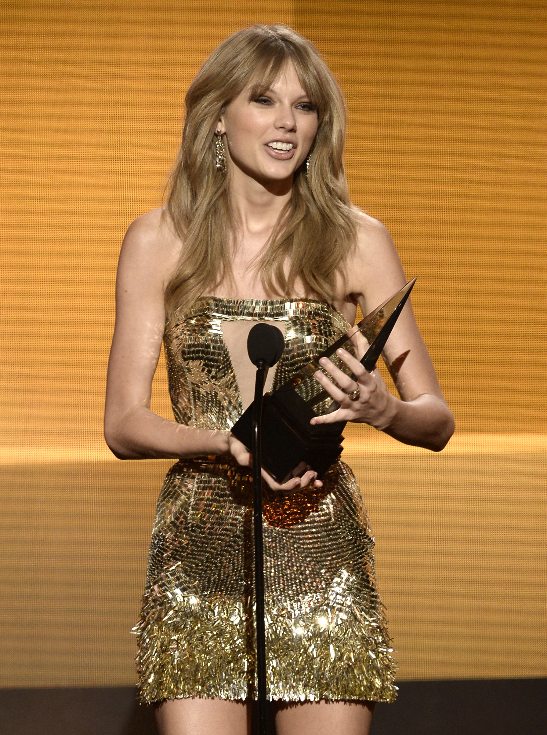 http://taylorpictures.net/albums/app/2013/americanmusicawards/029.jpg