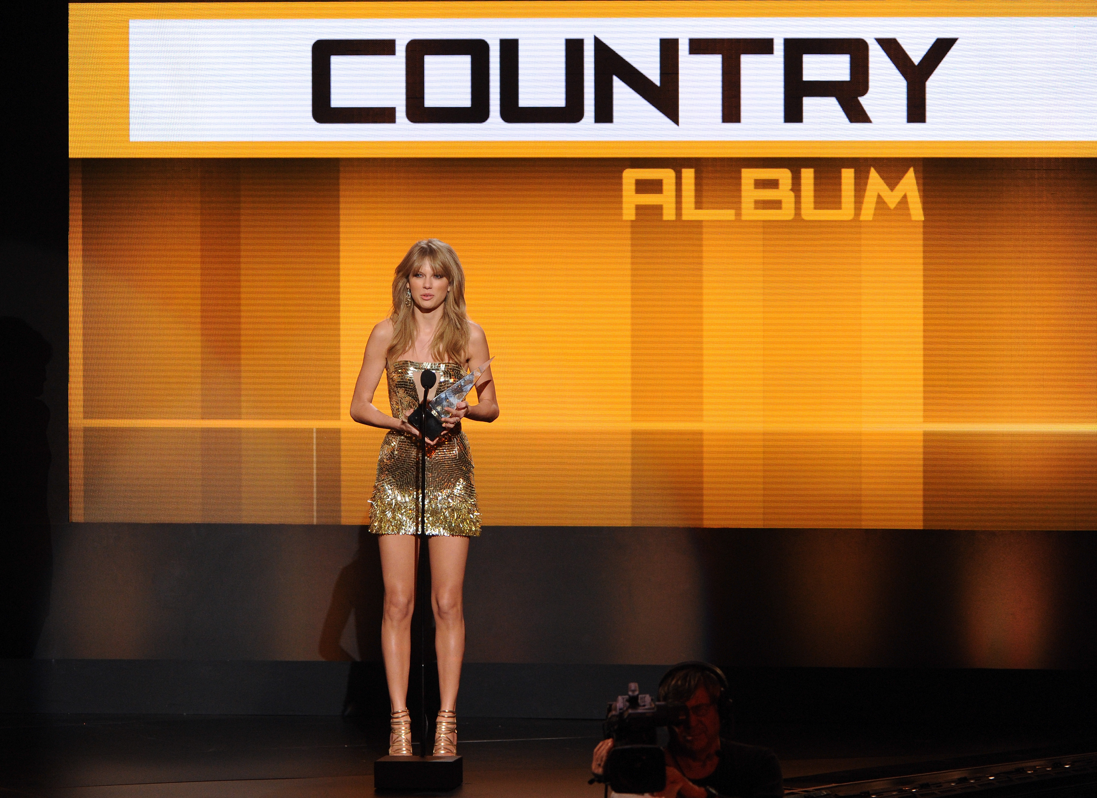 http://taylorpictures.net/albums/app/2013/americanmusicawards/036.jpg