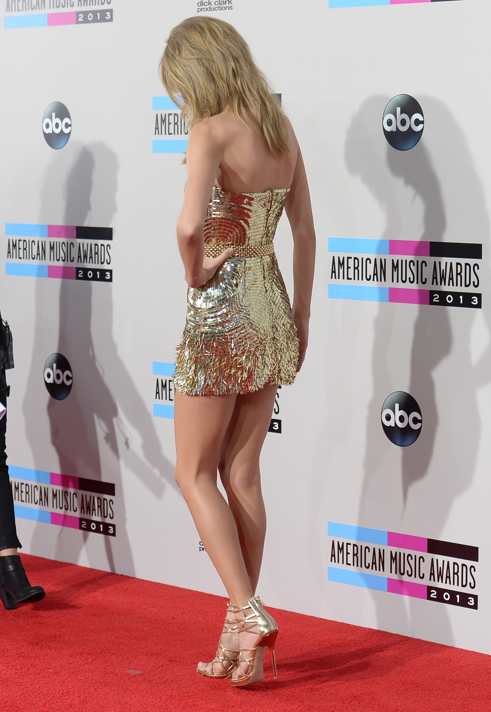 http://taylorpictures.net/albums/app/2013/americanmusicawards/038.jpg