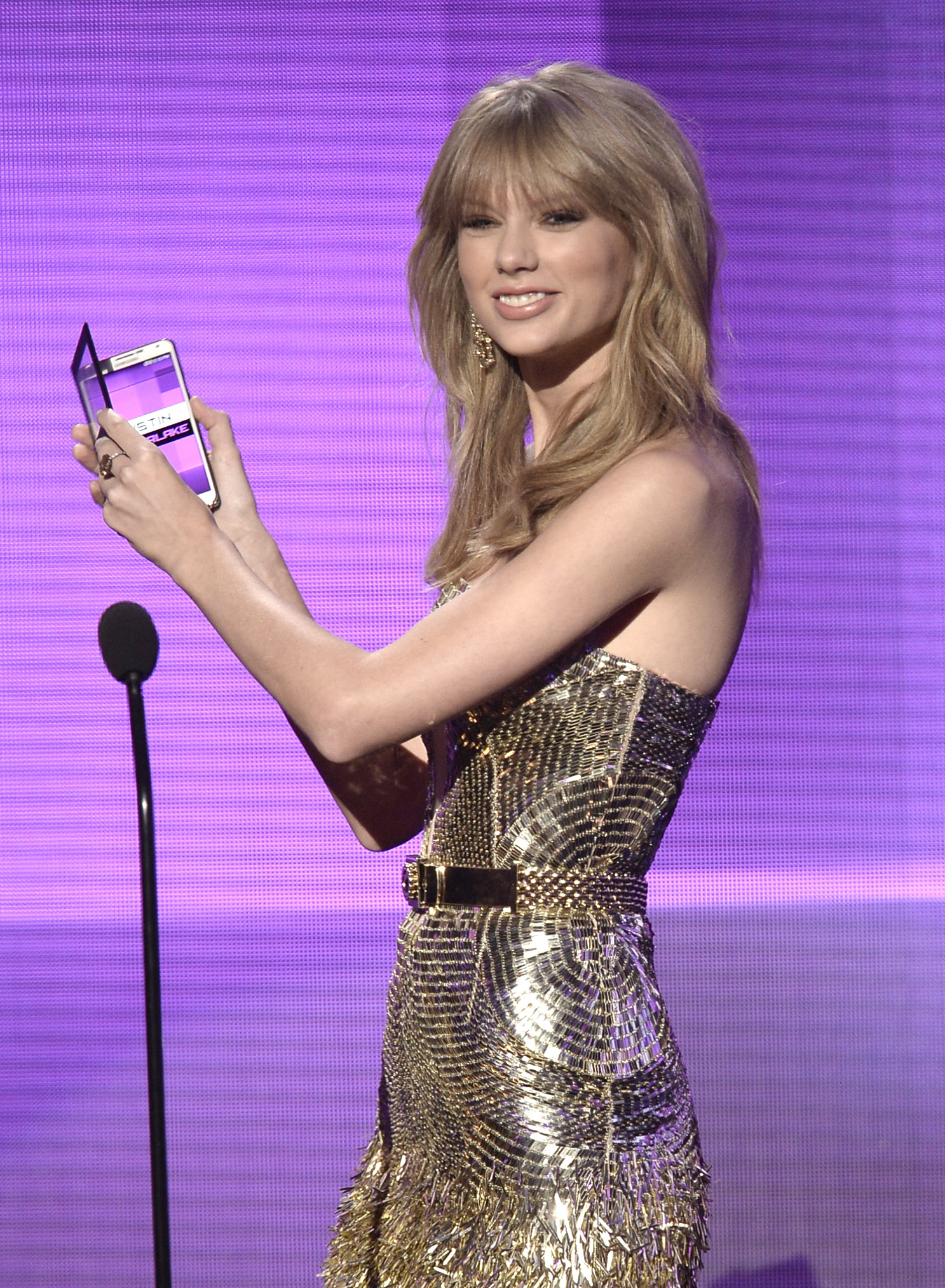 http://taylorpictures.net/albums/app/2013/americanmusicawards/048.jpg