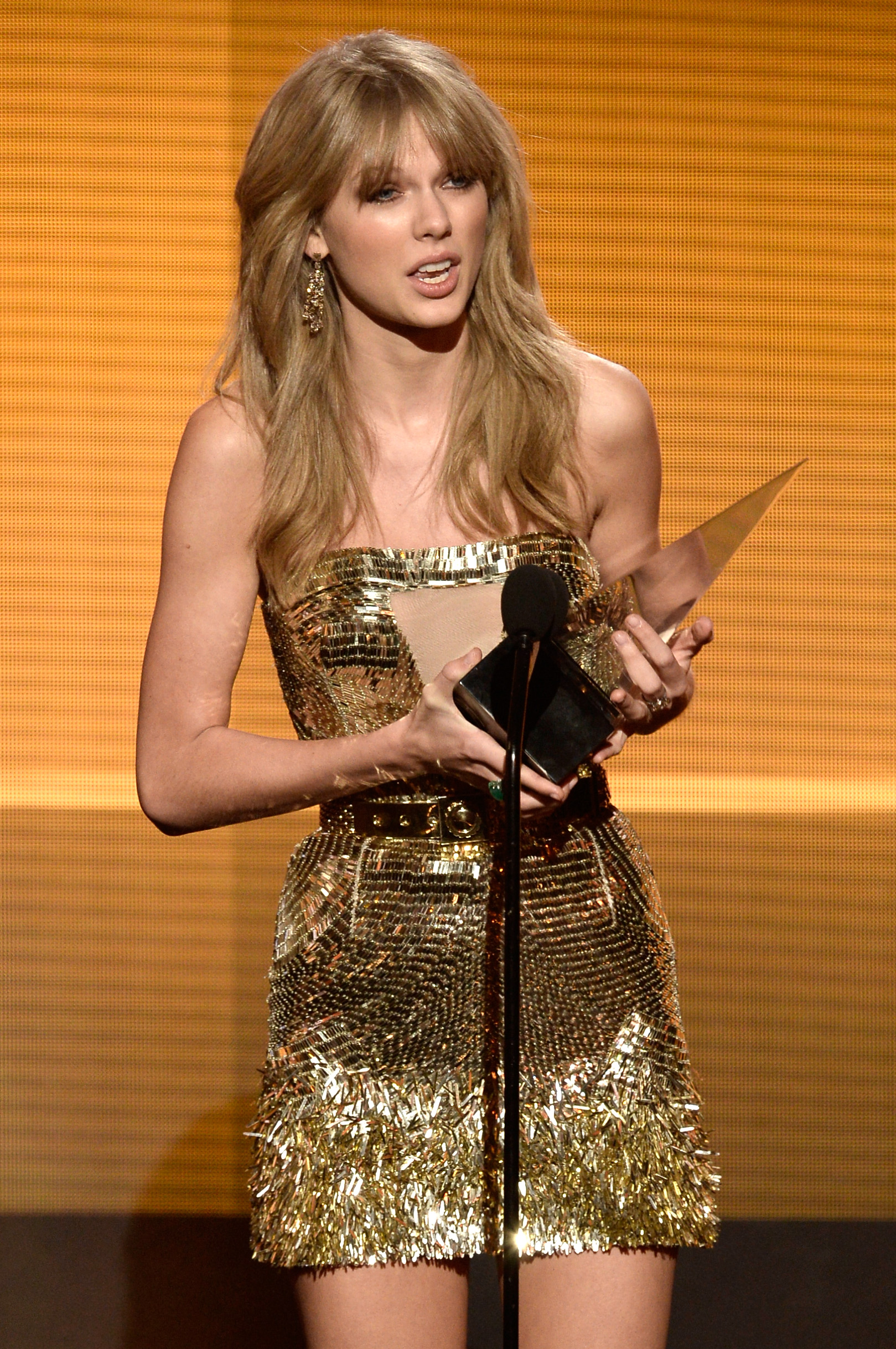 http://taylorpictures.net/albums/app/2013/americanmusicawards/062.jpg