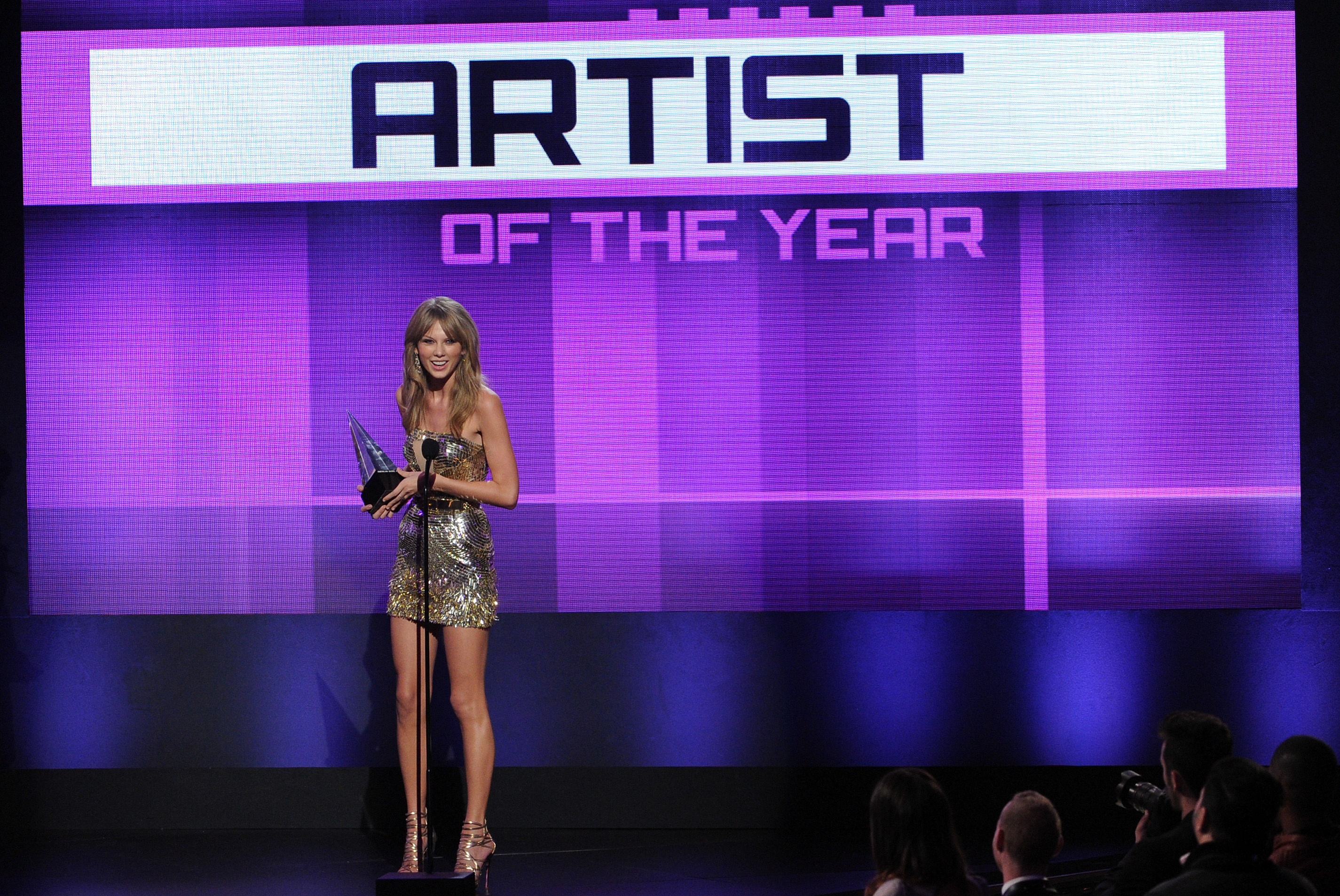http://taylorpictures.net/albums/app/2013/americanmusicawards/066.jpg