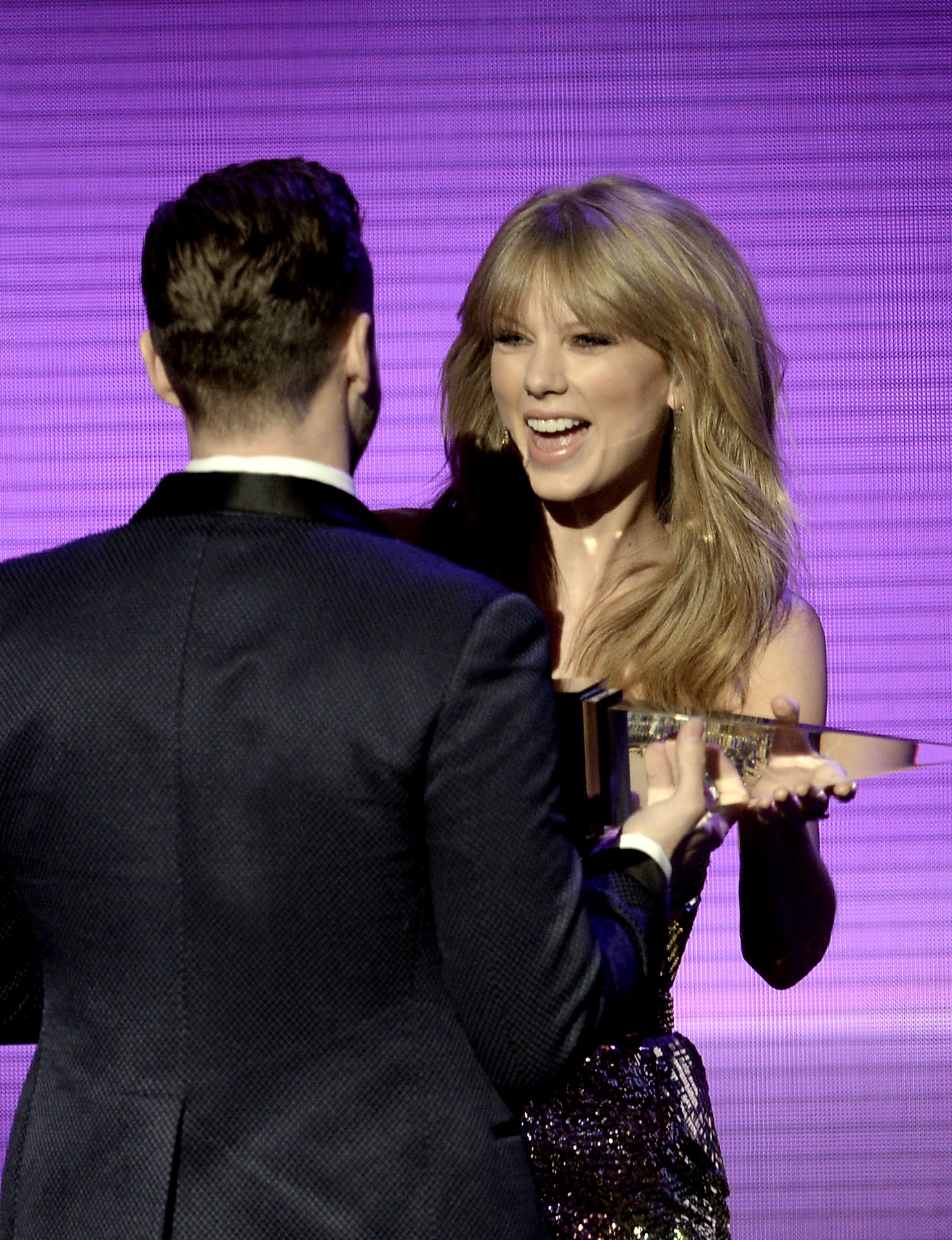http://taylorpictures.net/albums/app/2013/americanmusicawards/077.jpg
