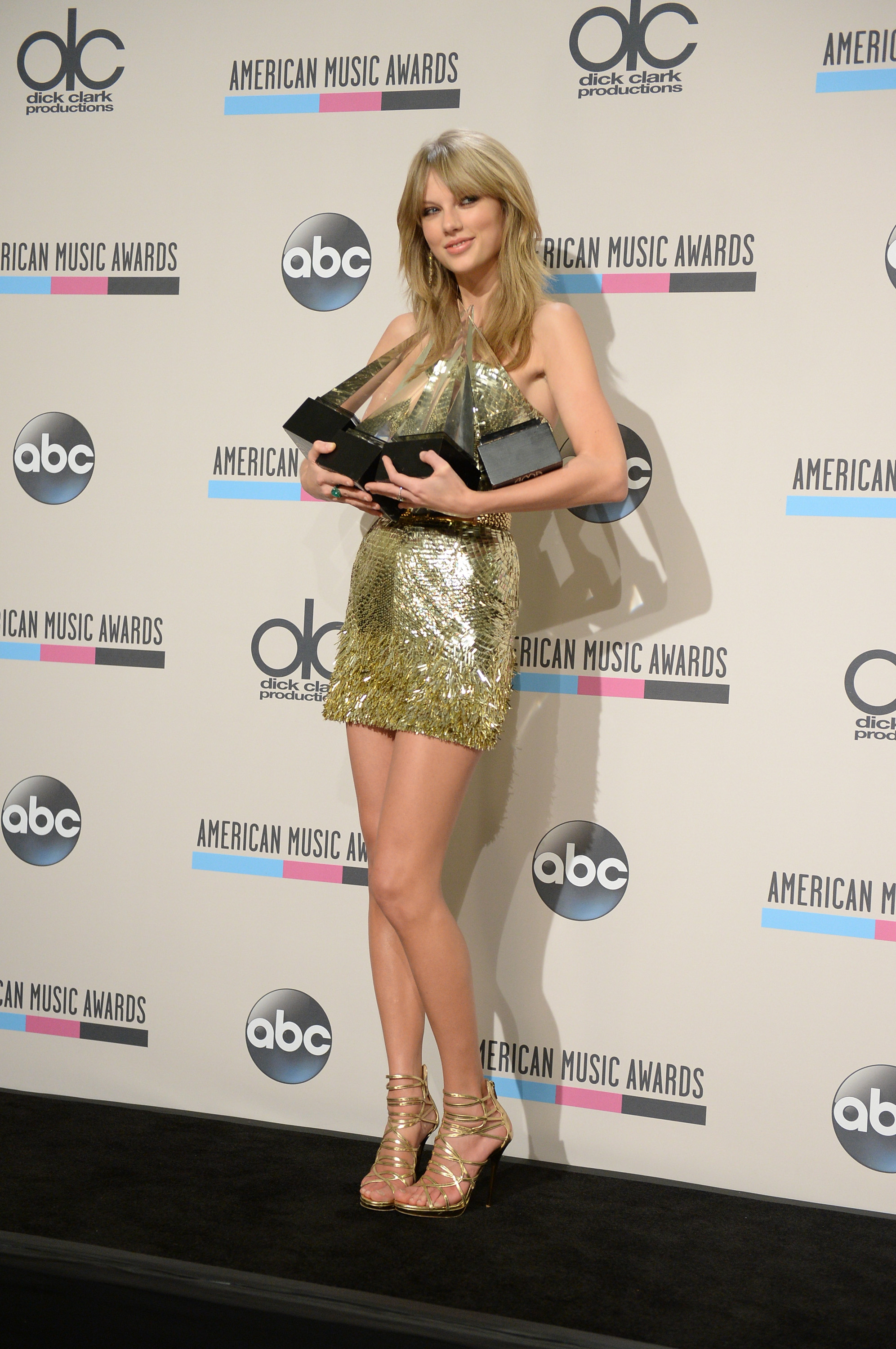 http://taylorpictures.net/albums/app/2013/americanmusicawards/082.jpg