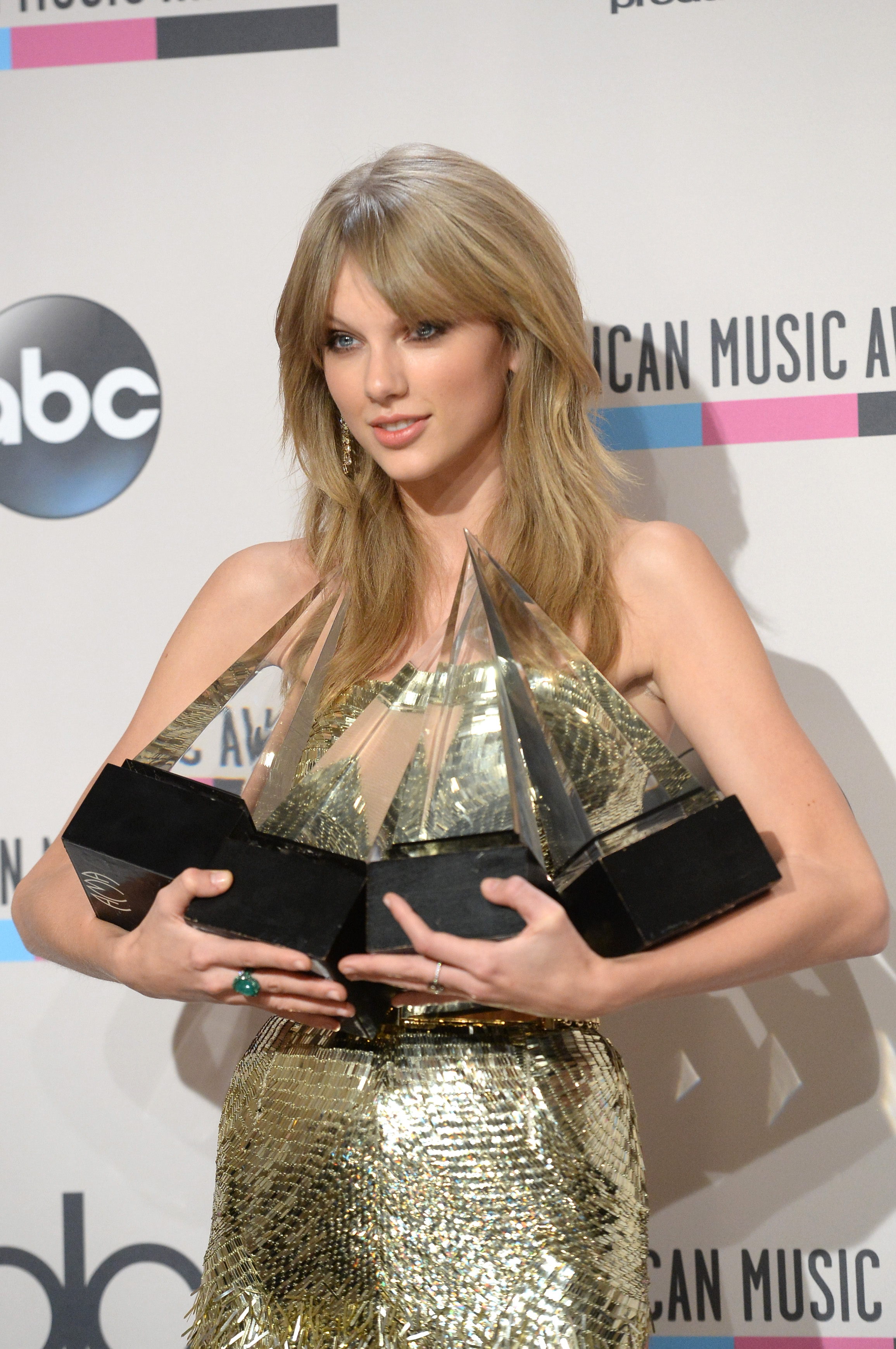 http://taylorpictures.net/albums/app/2013/americanmusicawards/101.jpg