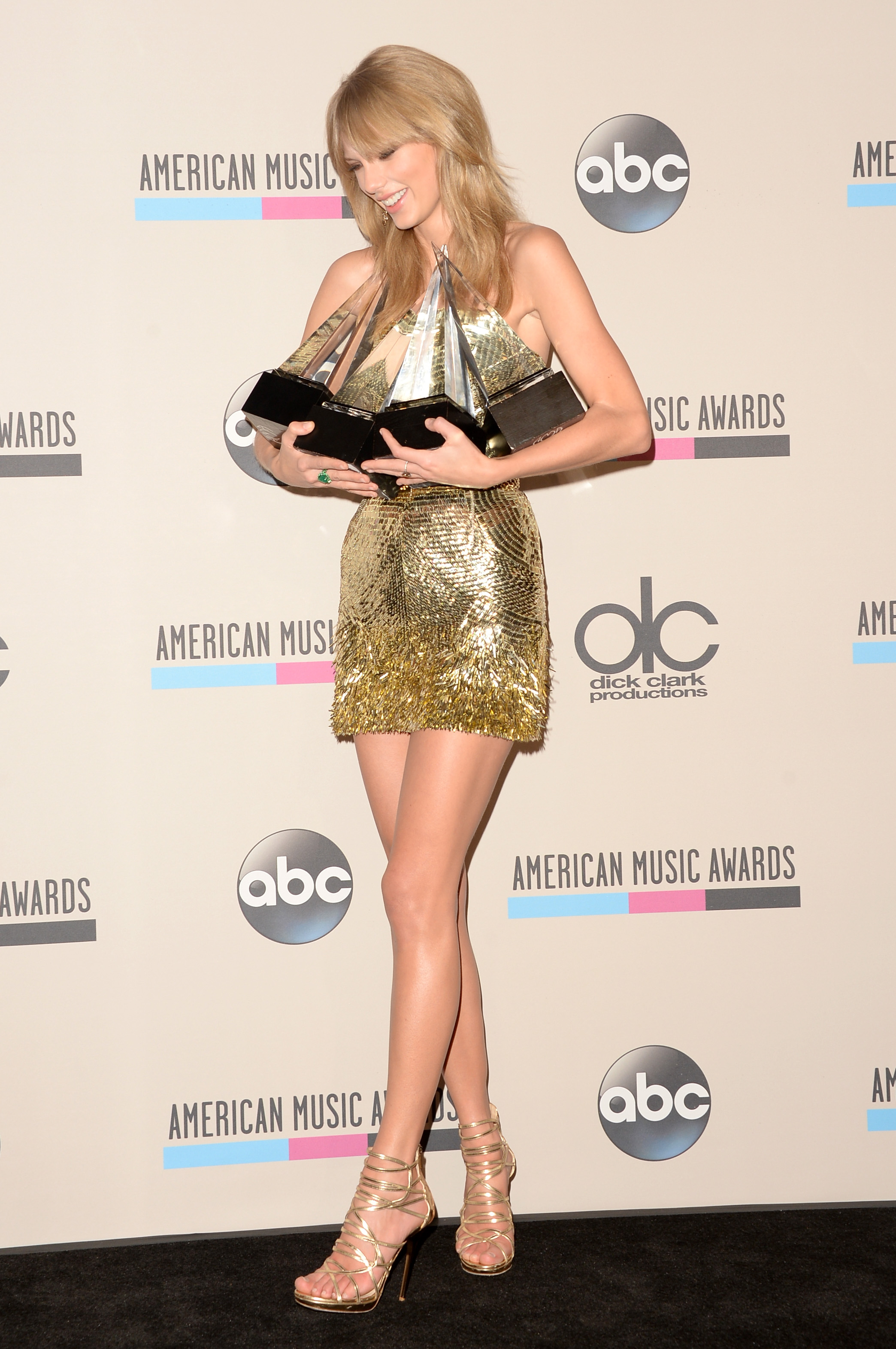 http://taylorpictures.net/albums/app/2013/americanmusicawards/103.jpg