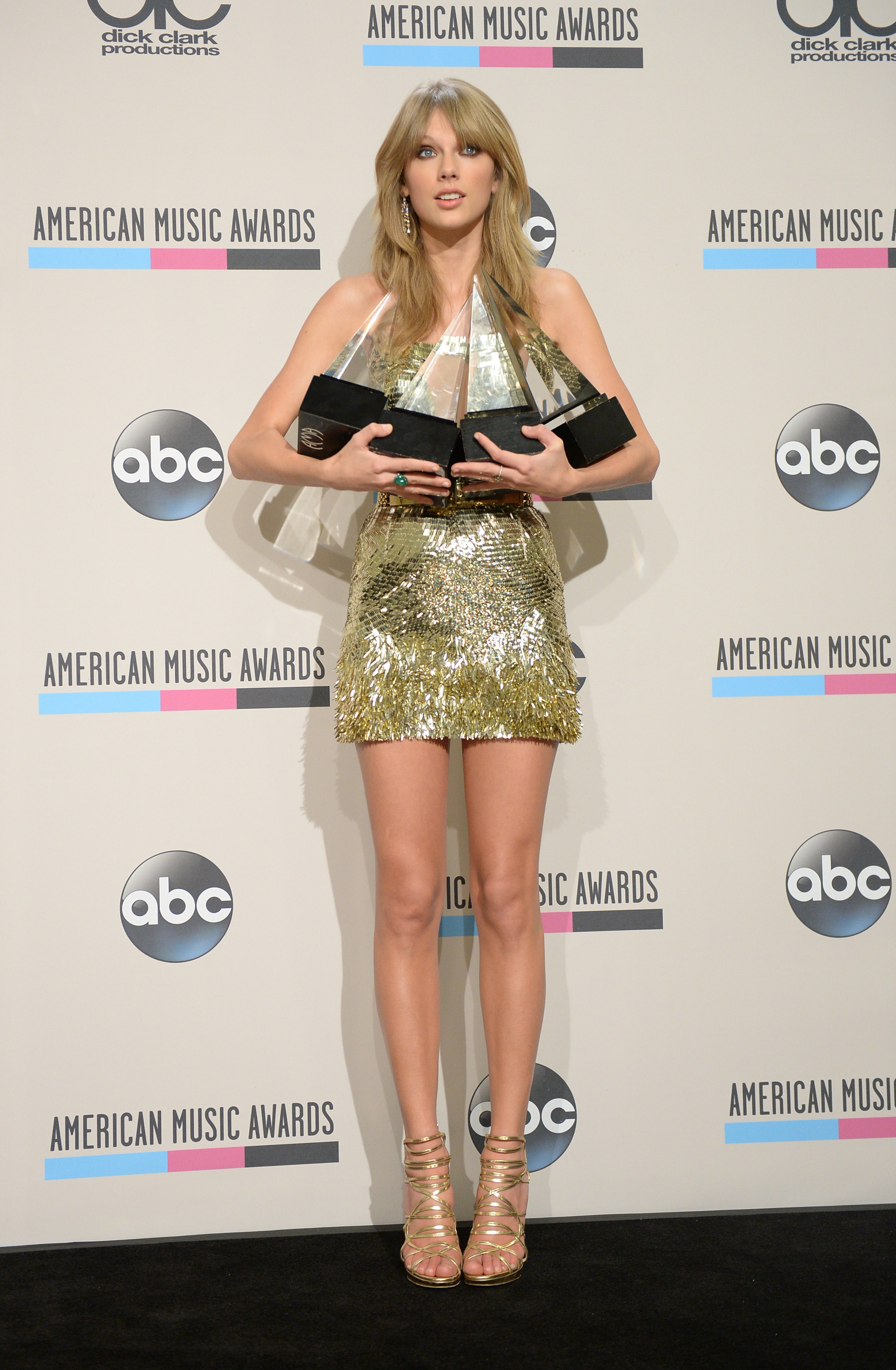 http://taylorpictures.net/albums/app/2013/americanmusicawards/105.jpg