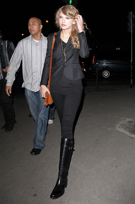 http://taylorpictures.net/albums/candids/2010/18-10%20Arriving%20at%20her%20hotel/normal_002.jpg