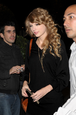 http://taylorpictures.net/albums/candids/2010/18-10%20Arriving%20at%20her%20hotel/normal_003.jpg