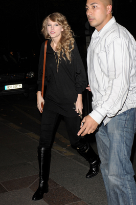 http://taylorpictures.net/albums/candids/2010/18-10%20Arriving%20at%20her%20hotel/normal_005.jpg