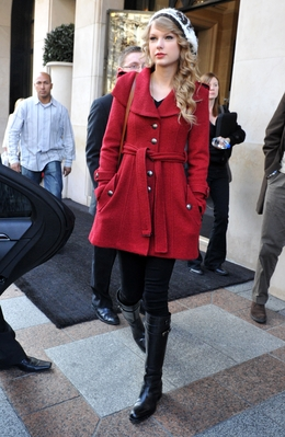 http://taylorpictures.net/albums/candids/2010/18-10%20At%20the%20Salle%20Wagram/normal_004.jpg