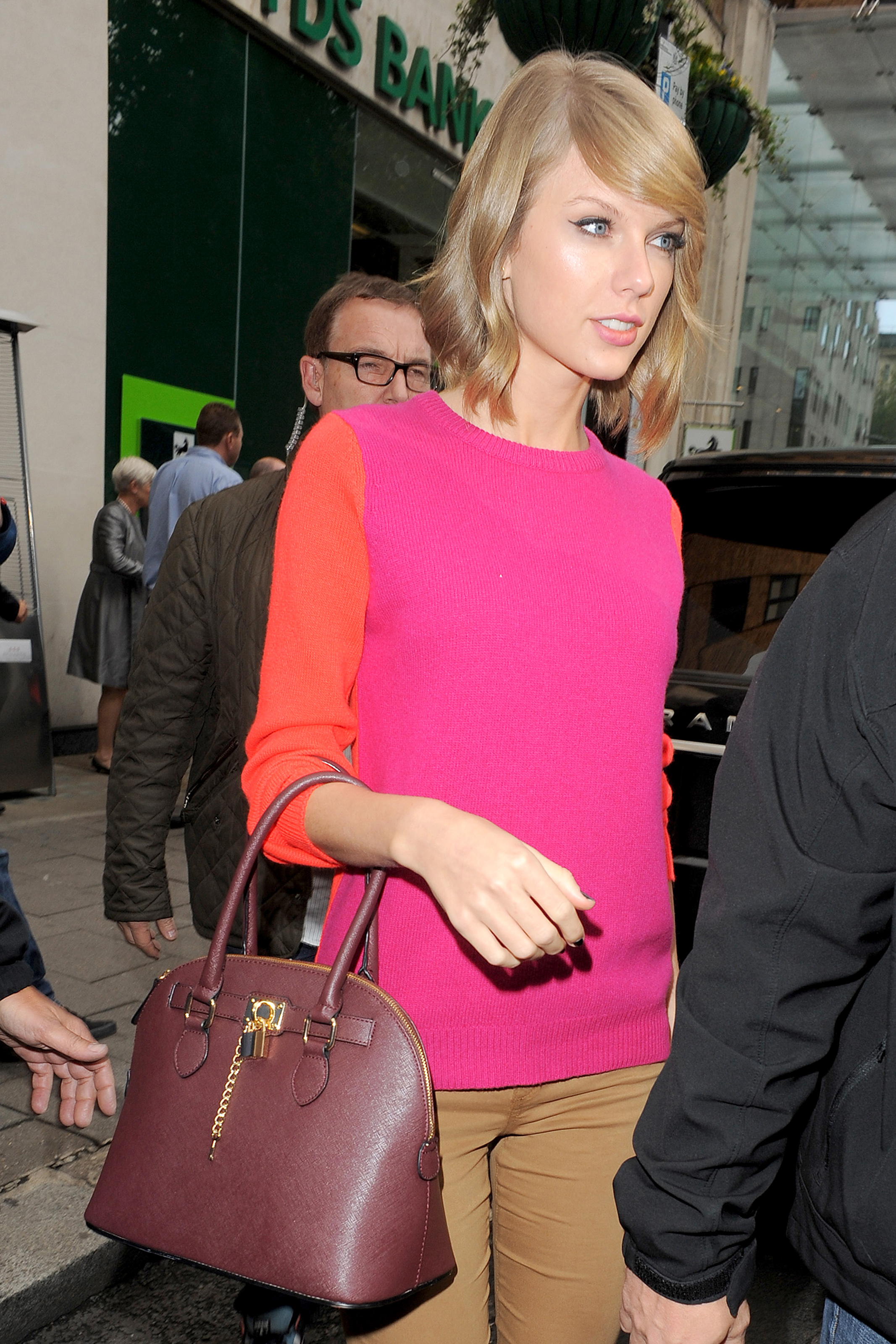 http://taylorpictures.net/albums/candids/2014/10-10leavingsketchrestaurant/060.jpg